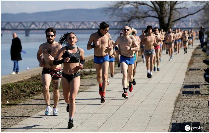 """塞尔维亚举行""""光猪跑""""活动 猛男秀肌肉"""