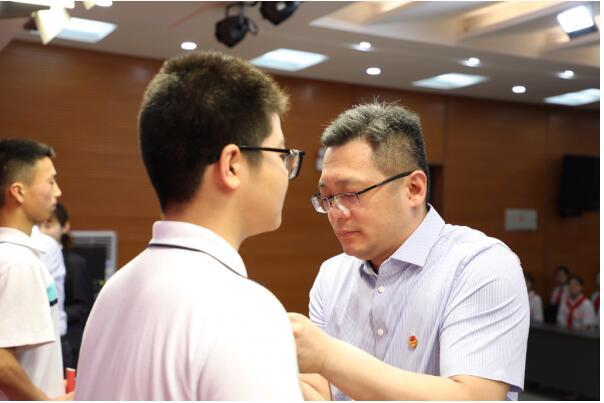 团河南省委组织部长赵煦莅临濮阳市十中为新团员颁发团章并调研指导该校工作